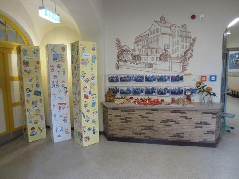 Eingangsbereich im Erdgeschoss mit den Fotos unserer Klassen
