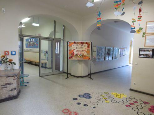 Eingangsbereich mit Blick zum Flur und zum Hinterausgang Schulhof