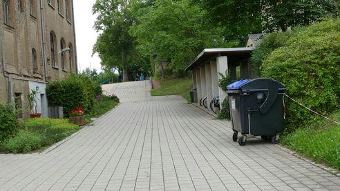 Stellplatz für Fahrräder neben dem Schulhaus